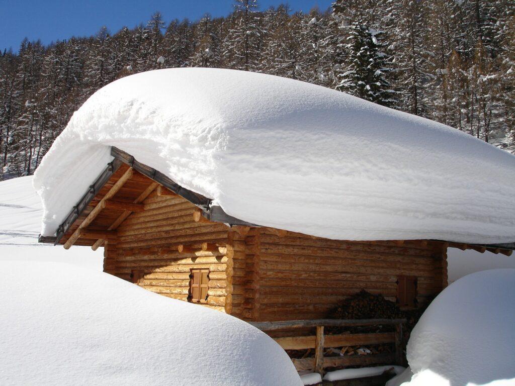 besiktning av snötäckt tak